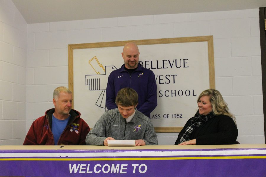 Aaron+Mason+signs+to+Allen+County+Community+College.