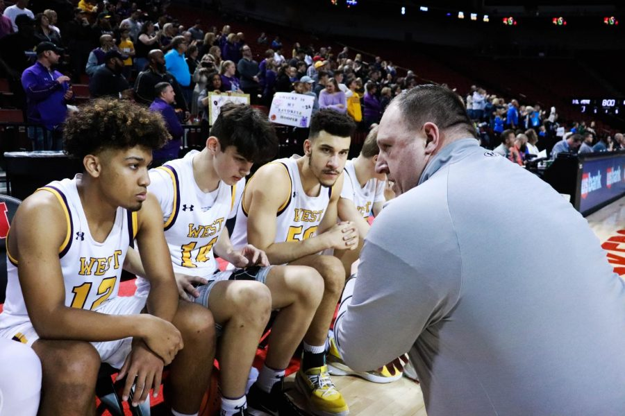 Assistant+coach+Steve+Klein+talks+to+Bellevue+West%27s+starters+before+the+game.