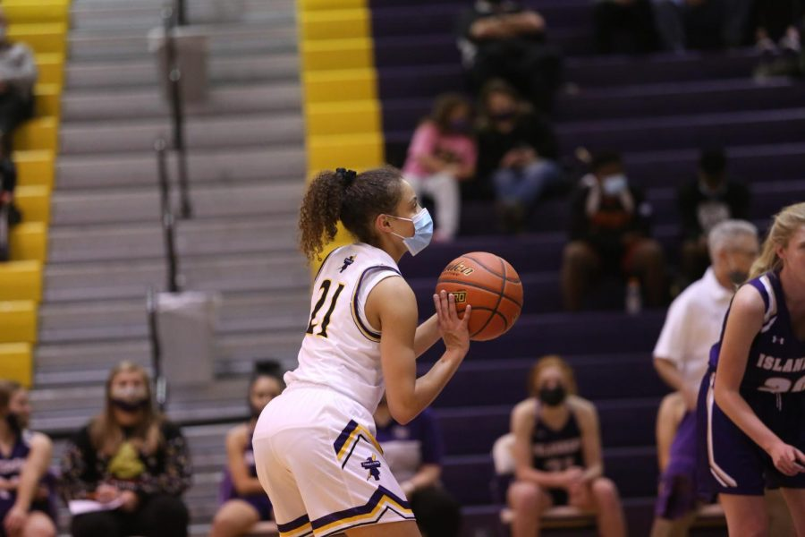 Sophomore Taryn Wharton shoots a free throw.