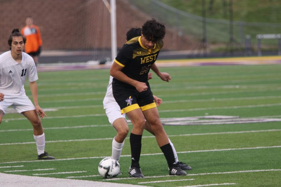 Junior Luis Carranza fights for the ball.